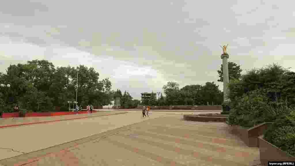 Практически безлюдная центральная площадь Ленина: для начала лета такая картина непривычна для керчан