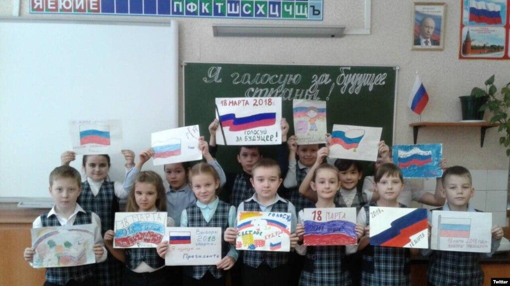 Удаленное из Twitter директора самарской школы №162 имени Юрия Гагарина Елены Кочкуровой фото. В верхнем правом углу — портрет Путина.