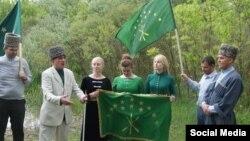 Черкесы совершали поминальные молебны у тюльпанового дерева и в советское время, и уже в наше, и никто никогда на это специального разрешения не требовал