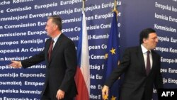 EU Commission Chairman Jose Manuel Barroso (right) and Czech Prime Minister Mirek Topolanek at EU headquarters in Brussels on February 11.
