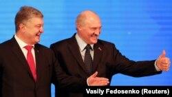 Президенти України та Білорусі Петро Порошенко (л) та Олександр Лукашенко