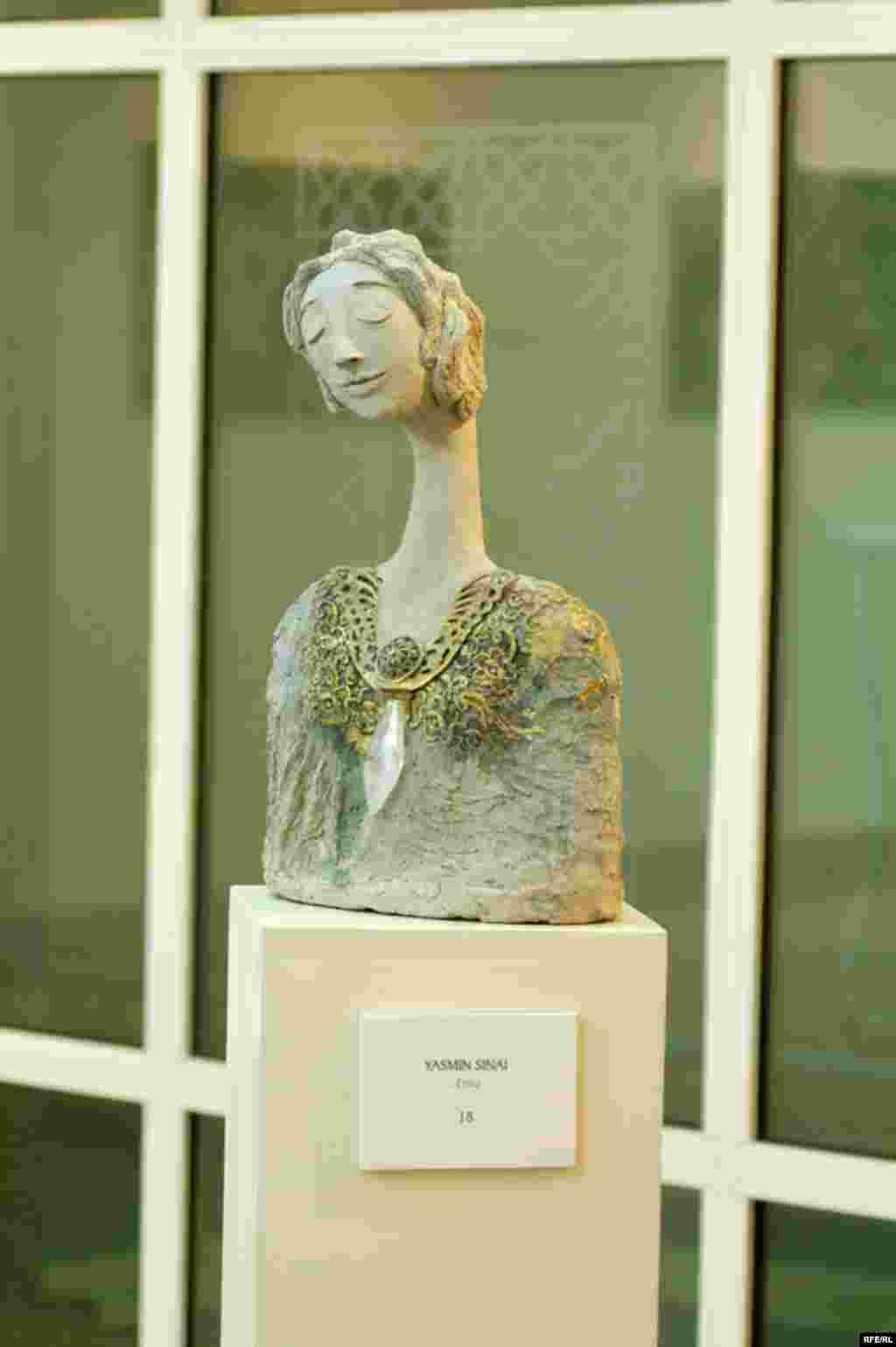مجموعه سایه ها از سمیرا سینائی که با تکنیک خمیر کاغذ ، که از قدیمی ترین تکنیکهای مجسمه سازی در جهان بحساب می اید ، تولید شده است .