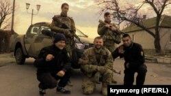 """Представители гражданского корпуса и полка """"Азов"""" в городе Геническ Херсонской области. 30 января 2016 года."""