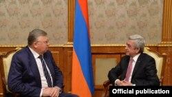 Армения -- Президент Армении Серж Саргсян (справа) принимает председателя правления Евразийского банка развития Андрея Бельянинова, Ереван, 22 декабря 2017 г.
