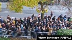 Moldoveni așteptînd la coadă la alegeri în fața Consulatului general de la Frankfurt