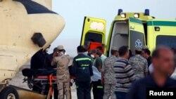 Египетские солдаты и спасатели грузят на борт самолета тела погибших в катастрофе российского лайнера
