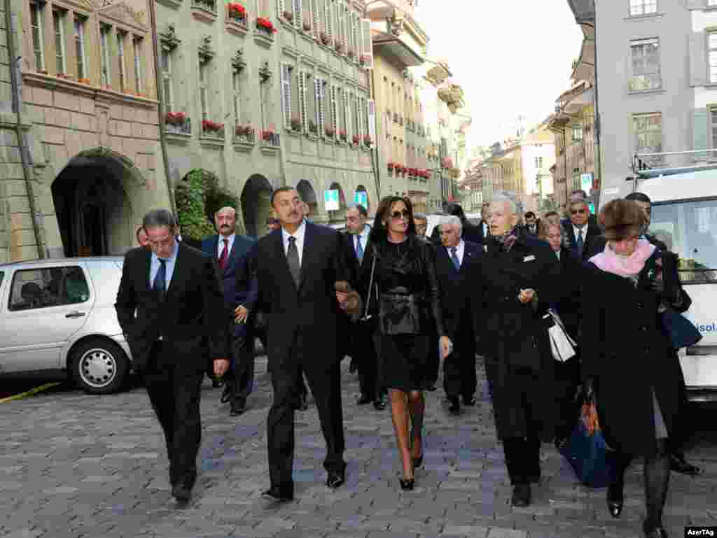 Switzerland -- President Ilham Aliyev and his spouse Mehriban Aliyeva get acquainted with the city of Bern, 19Oct2009