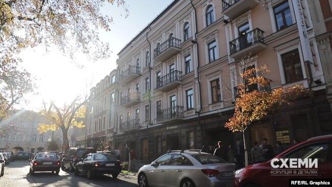 «Схеми» також запитали чиновницю про право державного «Укрексімбанку» на будівлю на Борисоглібській