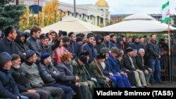 Участники митинга на центральной площади Алания против принятия соглашения об установлении административной границы между Ингушетией и Чеченской республикой