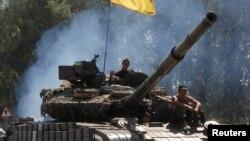 Украинские солдаты на танке патрулируют близ города Дебальцеве на востоке Украины. 3 августа 2014 года.