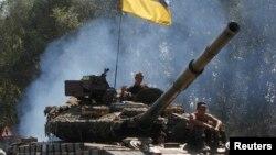 Militari ucraineni avansînd spre Luhansk