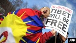 Участник акции протеста против правительства Китая держит плакат с надписью о том, что Тибет будет свободен. Вашингтон, 14 февраля 2011 года.