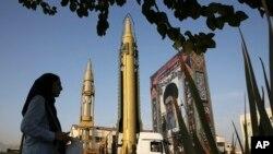 Портрет Высшего руководителя Ирана Великого аятоллы Али Хаменеи и новые иранские ракеты на уличной выставке в Тегеране. 2019 год