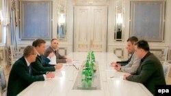 Preşedintele Ucrainei şi liderii opoziţiei la masa de dialog