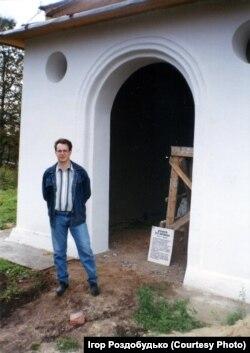 Автор статті біля могили Дорошенка, 1999 рік