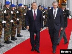Қазақстан президенті Нұрсұлтан Назарбаев (сол жақта) пен Бельгия премьер-министрі Ивес Летерме. Брюссель, 25 қазан 2010 жыл.