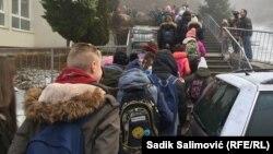 Djeca na putu u školu u vrijeme protesta