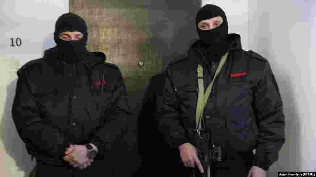 Qırımlı Osman Arifm Facebookta bildirgenine köre, Qırım advokatınıñ dairesine «silâlı maskalı insanlar keldi»