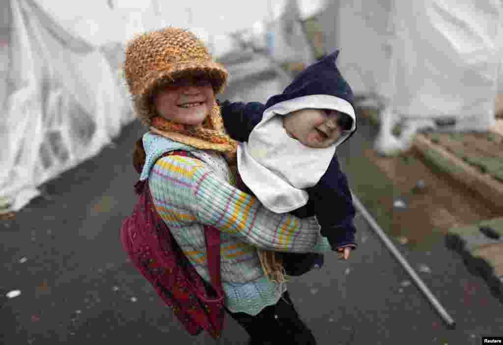 Un copil refugiat sirian în tabăra de refugiați Boynuyogun la froniera dintre Siria și Turceia, în provincia Hatay.