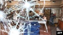 Разбитая во время беспорядков в Фергюсоне витрина, 25 ноября 2014 года.