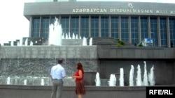 Parlamentin mühafizəsi yalnız bir neçə nümayəndəyə binaya yaxınlaşmağa icazə verib