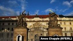 Прага шаарындагы &quot;Пражский Град&quot; аталган тарыхый жайдын дарбазасы. Адатта бул дарбазанын эки тарабында эки сакчы тураар эле.&nbsp; Эми сакчылардын орду ээнсиреп бош калды.&nbsp;<br /> &nbsp;