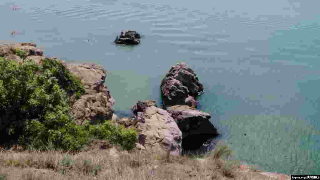 Некоторые предпочитают прыгать отсюда в воду