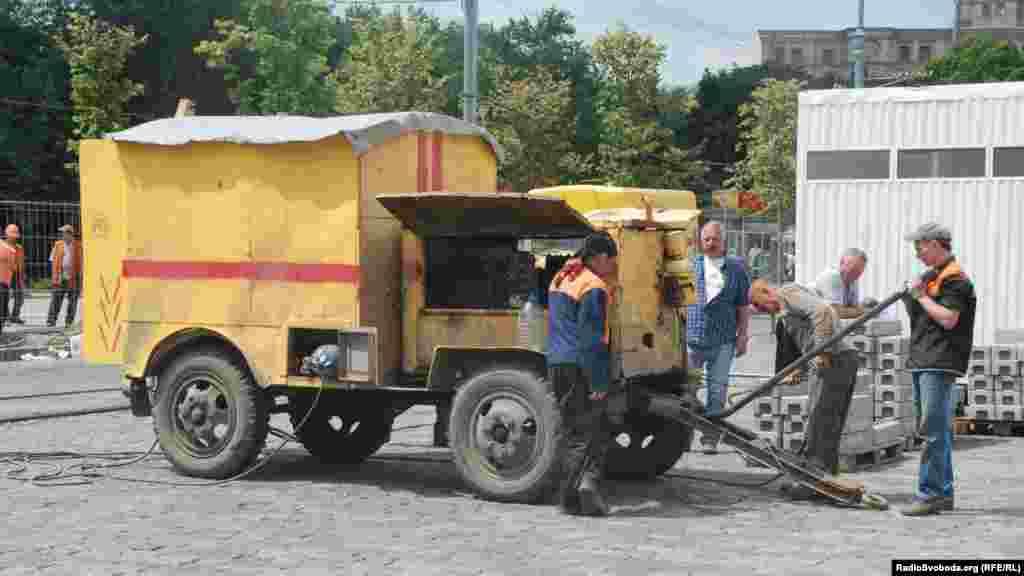 Комунальні працівники проводять воду до фан-зони (фото О. Овчинникова)