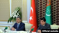 Türkmenistanyň prezidenti Gurbanguly Berdimuhamedow (sagda) Türkiýäniň prezidenti Abdullah Gül bilen, Türkmenbaşy şäheri, 2011-nji ýylyň 30-njy maýy.