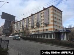 Закрытые в 2014 году и не занятые новыми арендаторами магазины на проспекте Ильича в центре Донецка
