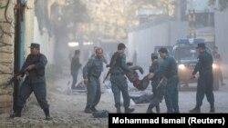 Полиция уносит раненого в результате взрыва в Кабуле, 31 октября 2017