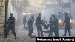Афғонистон. Полиция ходимлари портлашдан яраланганларни кўтариб кетаяпти. Кобул шаҳри, 2017, 31 октябрь.
