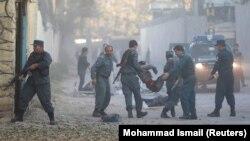 Полиция уносит раненого в результате взрыва в Кабуле, 31 октября 2017 года.