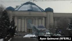Реклама государственной программы «Рухани жангыру» рядом со зданием музея по проспекту Назарбаева в Алматы. 9 февраля 2018 года.