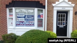 Выборы президента США совмещаются с другими различными выборами - как видно по фасаду одного из предвыборных штатбов, идет агитация и за кандидатов в Сенат и Конгресс США.