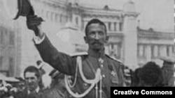 Лавр Корнилов приветствует своих сторонников в Москве, август 1917 года