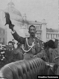 Генерал Лавр Корнилов приветствует своих сторонников в Москве, август 1917 года