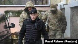 Полонений російськими військовими український моряк (на задньому плані ліворуч). Окупований Сімферополь, 28 листопада 2018 року