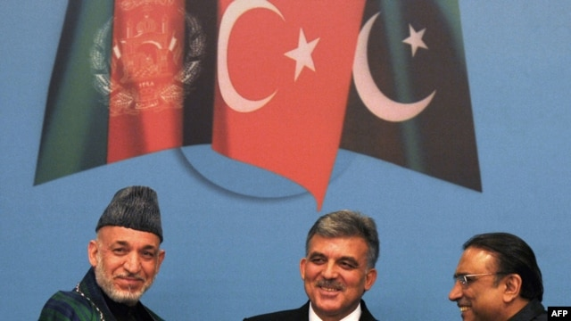 Turkish President Abdullah Gul (centre) with his Pakistani and Afghan counterparts Asif Ali Zardari (right) and Hamid Karzai (left) in Istanbul