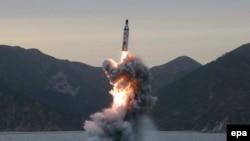 Ілюстрацыйнае фота. Выпрабаваньне паўночнакарэйскай балістычнай ракеты, запушчанай з падводнай лодкі