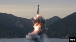 Испытание северокорейской баллистической ракеты, запущенной с подводной лодки.
