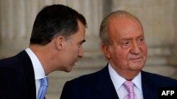 Бывший и новый короли Испании Хуан Карлос (справа) и Филипе VI