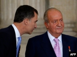 Хуан Карлос и его сын Фелипе (слева)