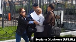 Полицияның Кенжеғайша Рахымбаеваны ұстамақ болған сәті. Астана, 16 қыркүйек 2015 жыл.