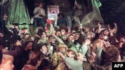 طرفداران واتسلا هاول درحال شادی پس از پیروزی انقلاب مخملی در روزهای پایانی سال ۱۹۸۹ میلادی