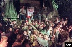 Чеська молодь святкує наближення Нового Року та обрання Вацлава Гавела президентом Чехословаччини. Прага, 31 грудня 1989 року