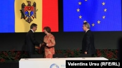 Премьер-министр Молдовы Юрий Лянкэ (слева), комиссар ЕС по внешней политике Кэтрин Эштон (в центре) и комиссар ЕС по торговле Карел де Гюхт на церемонии парафирования соглашения об ассоциации Молдовы с Европейским Союзом. Вильнюс, 29 ноября 2013 года.