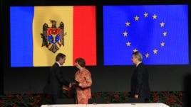 Молдова премьер-министрі Юрие Лянкэ (сол жақта), ЕО сыртқы саясат жөніндегі комиссары Кэтрин Эштон (ортада) және ЕО сауда жөніндегі өкілі Карел де Гюхт (оң жақта) Молдова мен Еуропалық одақпен ассоциация келісіміне қол қою рәсімінде. Вильнюс, 29 қараша 2013 жыл.