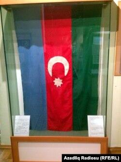 Rəsulzadənin həyat yoldaşı ilə Türkiyədə hazırladığı Azərbaycan bayrağı. Tarix Muzeyində saxlanılır.