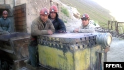 Памир тауындағы бағалы металл кен орнында жұмыс істейтін тәжік азаматтары. Көрнекі сурет.